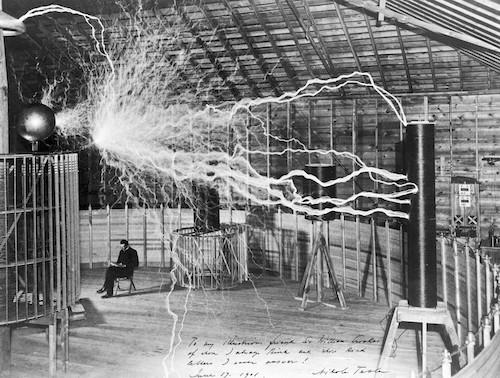 Nikola Tesla avec son équipement.